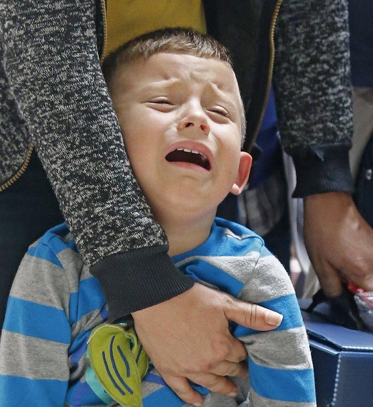 La tardía reacción del Gobierno de Jimmy Morales para condenar la separación de familias en las fronteras causó indignación. Migrantes procesados en McAllen, Texas. (Foto Prensa Libre: EFE)