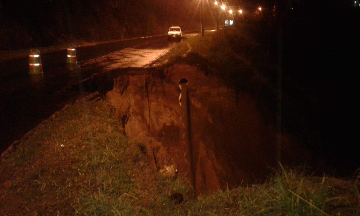 El paso de vehículos hacia San Cristóbal está interrumpido en el km 13.5 de la ruta al Pacífico, debido a un socavamiento causado por la lluvia. (Foto Prensa Libre: Dalia Santos)