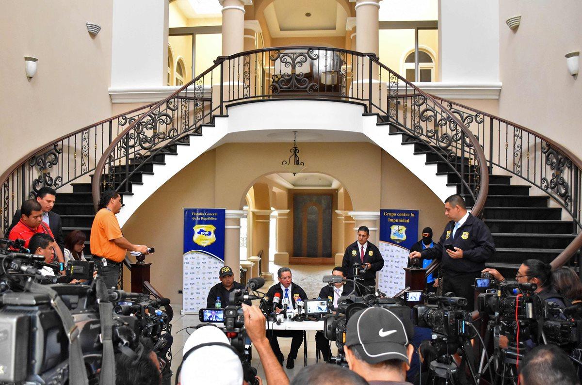 El fiscal general de El Salvador, Douglas Melendez (c) ofrece una conferencia de prensa en una de las propiedades confiscadas Antonio Saca, en San Salvador. (AFP)