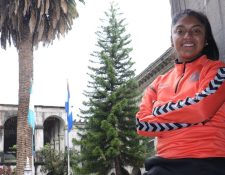 Madelyn Ventura posa con el uniforme del Zaragoza FCC en la Municipalidad de Quetzaltenango, durante su estadía en la ciudad altense. (Foto Prensa Libre: Raúl Juárez)