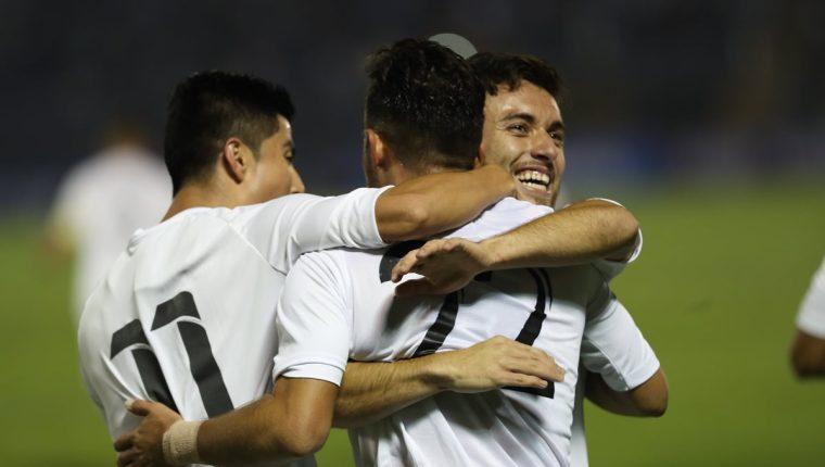 Así festejaron los jugadores de la Selección Nacional después del gol de Wilson Pineda. (Foto Prensa Libre: Francisco Sánchez)