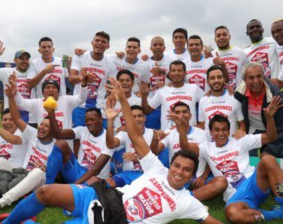 Los jugadores de Iztapa celebran el ascenso a la Liga Nacional, después de clasificar a la final de la Primera División. (Foto Prensa Libre: Raúl Juárez)