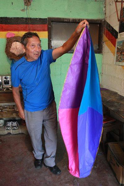 El antigüeño de nacimiento posa con una de sus obras de arte. (Foto Prensa Libre: Estuardo Paredes)