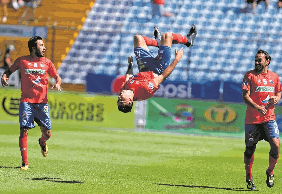 Pappa marcó un golazo de tiro libre en el Clásico 301 y rescató un punto para Municipal. (Foto Prensa Libre: Carlos Vicente)
