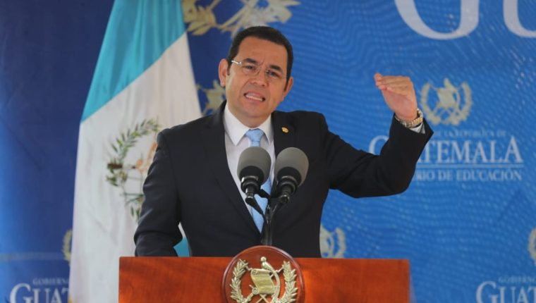 Jimmy Morales da un discurso en la entrega de computadoras para estudiantes. (Foto Prensa Libre: Érick Ávila)