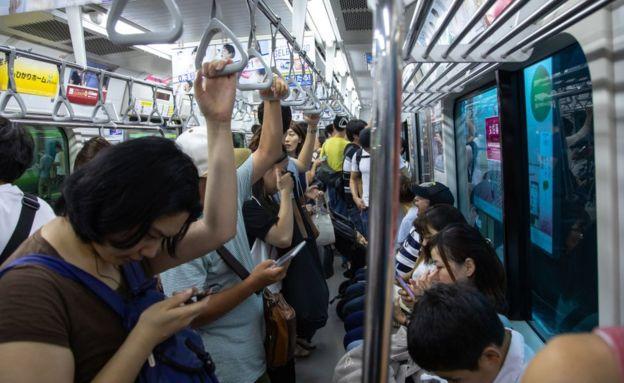 Al entregar sus viejos celulares, los japoneses están aportando a la fabricación de medallas olímpicas para los Juegos de 2020.(GETTY IMAGES)