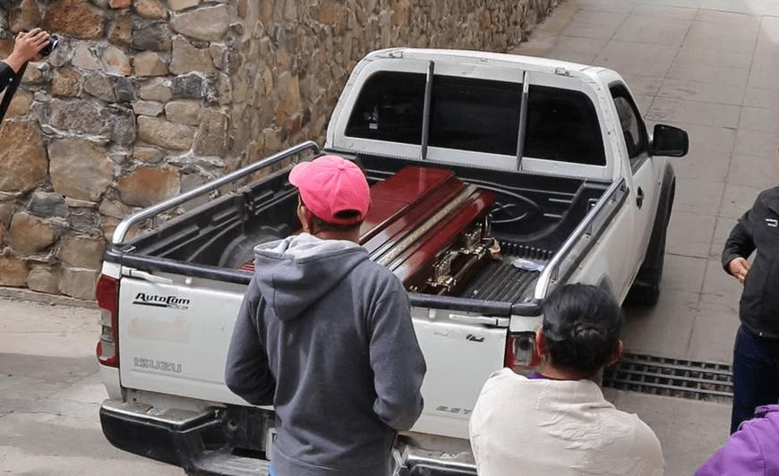 Familiares retiran de la morgue el cadáver de Noelia Pérez Gregorio. (Foto Prensa Libre: Hugo Oliva).