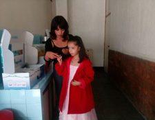 Nahomi Pineda, quien fue beneficiada con implante en el oído, junto a su mamá Brenda Ábrego de Pineda. (Foto Prensa Libre: Cortesía)