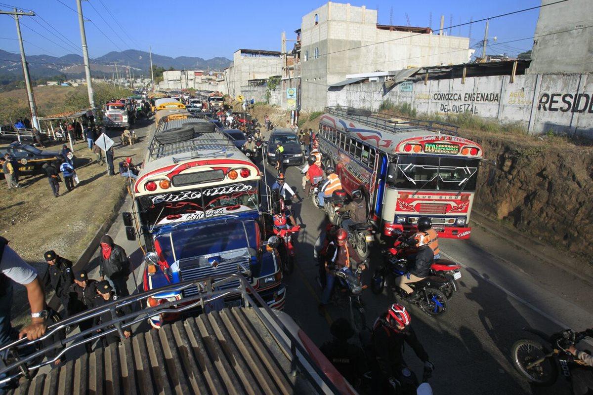 Acceso bloqueado en Ciudad Quetzal, pilotos piden seguridad. (Foto Prensa Libre: Carlos Hernández)