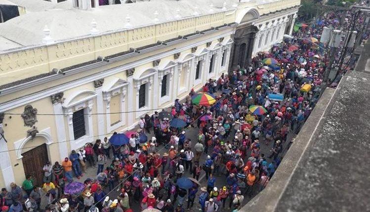La ampliación presupuestaria es para cumplir con el pacto colectivo de los trabajadores del Ministerio de Educación. (Foto Prensa Libre: Hemeroteca PL)