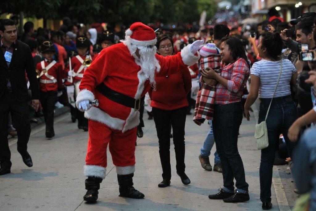 Niños se acercan a saludar a Papa Noel.