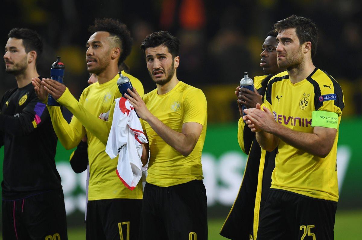 Los jugadores del Dortmund agradecen el apoyo de la afición.