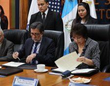 Luis Arreaga, embajador de los Estados Unidos, y María Eugenia Mijangos firman el convenio de cooperación. (Foto Prensa Libre: Érick Ávila).