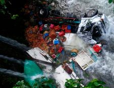 El camión cayó en el río Negro, San Pablo, San Marcos. (Foto Prensa Libre: Whitmer Barrera)