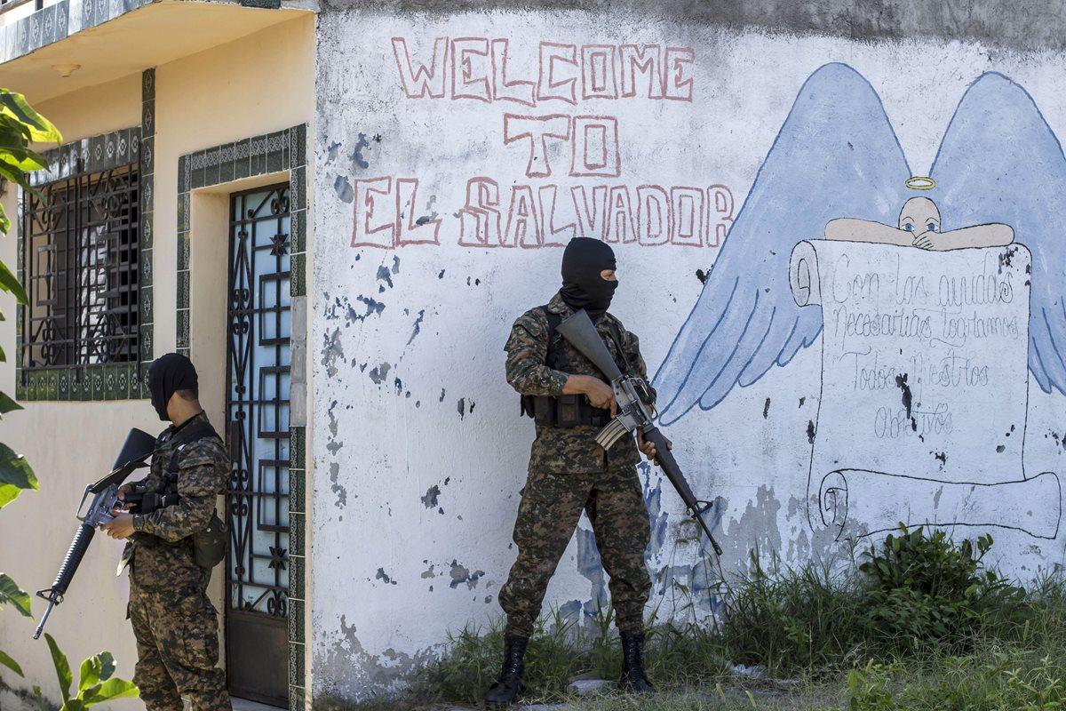 Soldados vigilan un barrio de Ilopango, El Salvador, copado por las pandillas. (Foto Prensa Libre: AP).