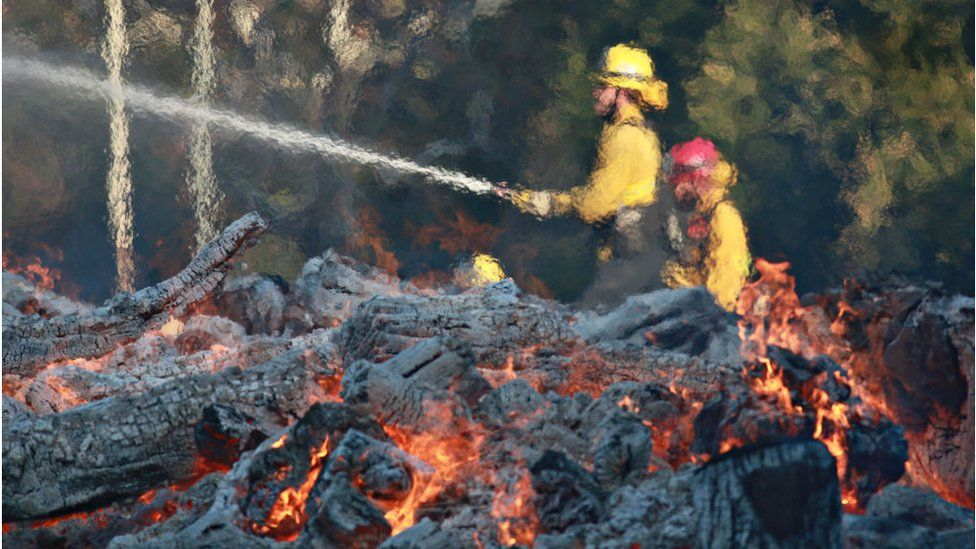 Los bomberos intentan contener los incendios desde el jueves. GETTY IMAGES