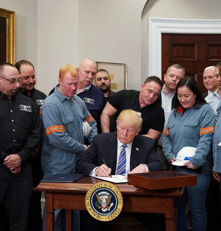 Donald Trump, firma las Proclamaciones de la Sección 232 sobre importaciones de acero y aluminio en la Oficina Oval de la Casa Blanca el 8 de marzo de 2018, en Washington, DC. (AFP).