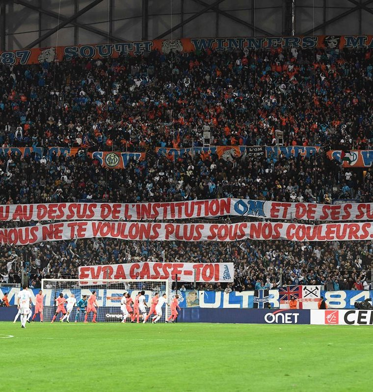 """""""Pensaste que estabas por encima de la institución y su afición. No queremos que uses nuestros colores. ¡Evra, fuera!"""", decía otra de las pancartas. (Foto Prensa Libre: AFP)"""
