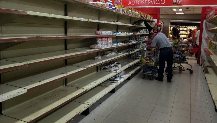 Inspectores ordenan bajar precios en 26 cadenas de supermercados en Venezuela. (Foto Prensa Libre:EFE).
