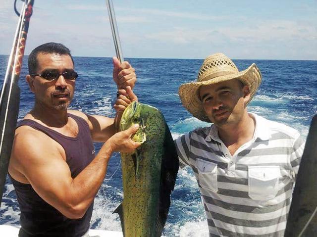 La pesca es otra de las aficiones del congresista del partido de gobierno Ferdy Elías —derecha—.
