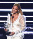 Beyoncé acepta el galardón de Video del año por Lemonade, durante los premios MTV Video Music Awards. (Foto Prensa Libre: AP).