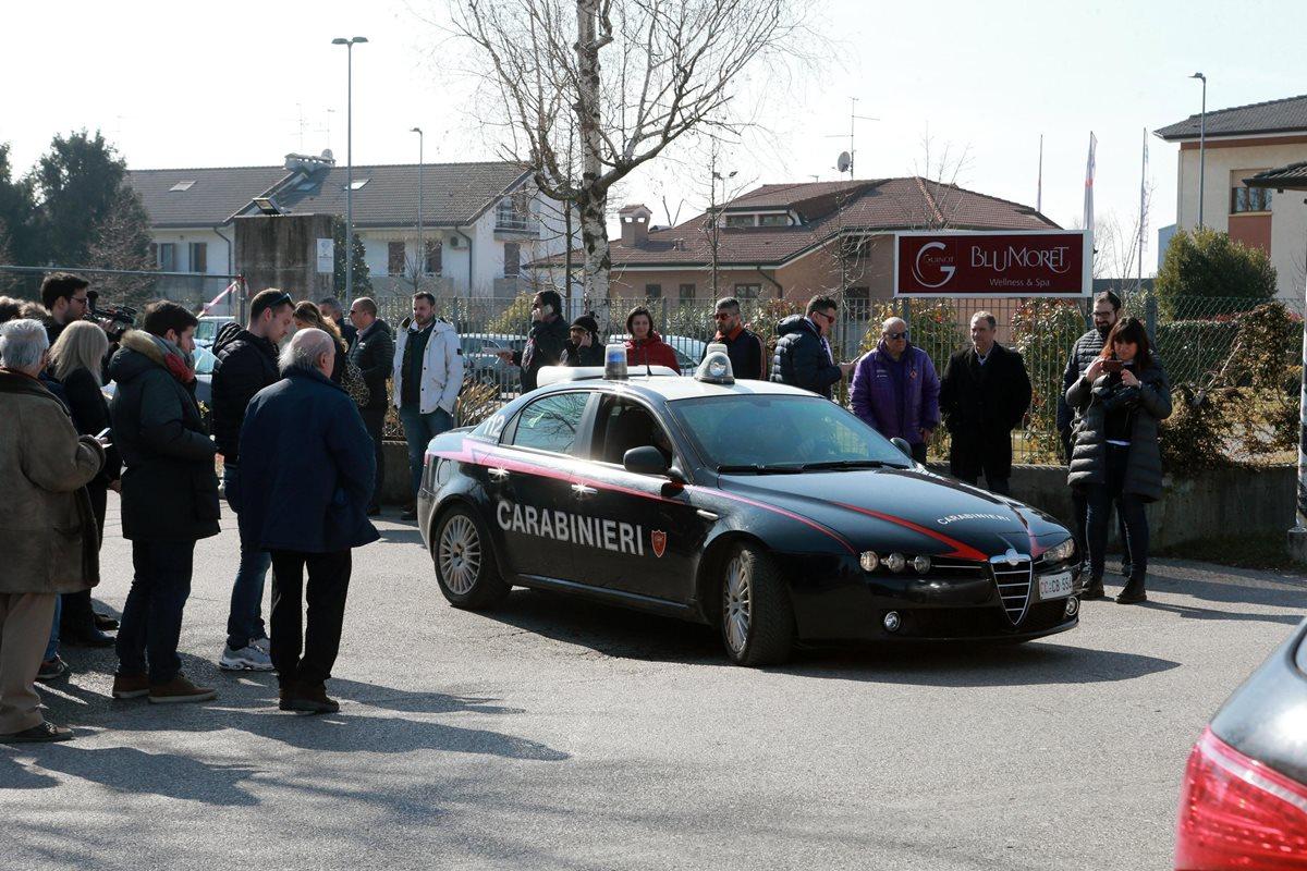 La policía italiana se encuentra afuera del LaDi Moret' donde fue encontrado sin vida Astori. (Foto Prensa Libre: EFE)