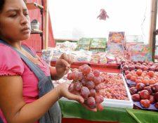 Vendedores del Mercado Central refieren que este año la uva que compraron tenía manchas y menos jugosa que en años anteriores.
