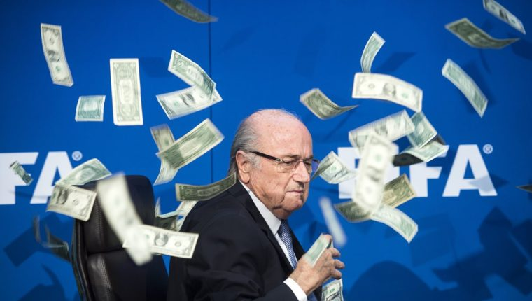 Blatter fue expulsado de la máxima institución futbolística por sobornos. (Foto Prensa Libre: Hemeroteca)