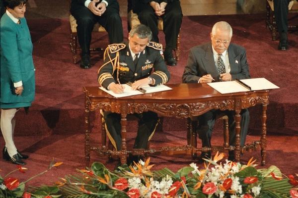Firma de la Paz entre el General Otto Pérez Molina del lado del Ejército y Carlos González por Urng el 29 de diciembre diciembre de 1996. (Foto Prensa Libre: Archivo)
