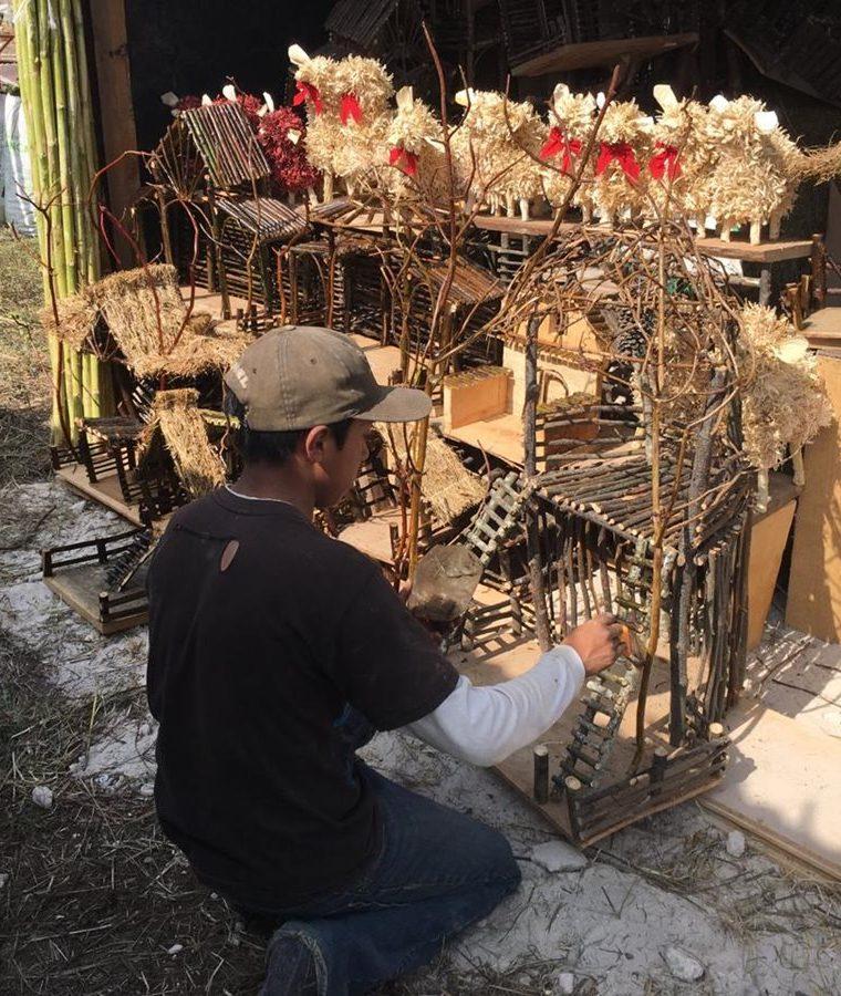 Preparan decoraciones navideñas que se ofrecerán en los campos del Roosevelt desde este sábado. (Foto Prensa Libre: Alberto Cardona)
