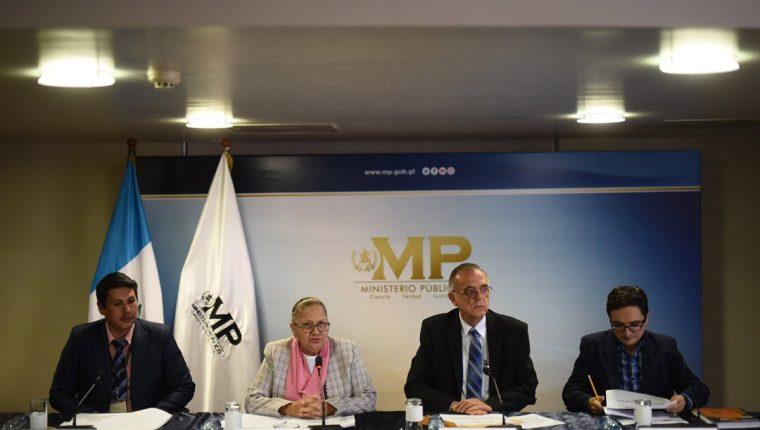 Iván Velásquez,director de Cicig; la fiscal General, María Consuelo Porras, y los jefes fiscales Óscar Schaad -i- y Francisco Sandoval -d-, en conferencia de prensa. (Foto Prensa Libre: EFE)