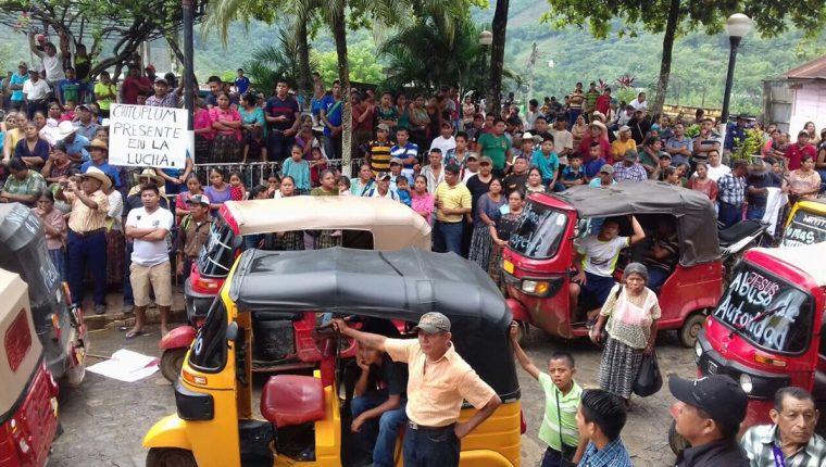 Cientos de pobladores participaron en la caminata para exigir a las autoridades municipales la ejecución de proyectos. (Foto Prensa Libre: Eduardo Sam)