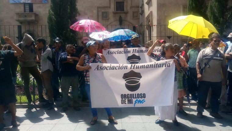 Un grupo de familiares de agentes de la PNC exigen que se cumpla la promesa de trasladar el bono de Q1 mil 800 al salario base que es de Q2 mil 600. (Foto Prensa Libre: Cortesía)