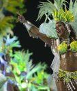 Una bailarina es ovacionada en el sambódromo de Río de Janeiro. (Foto Prensa Libre: AP).