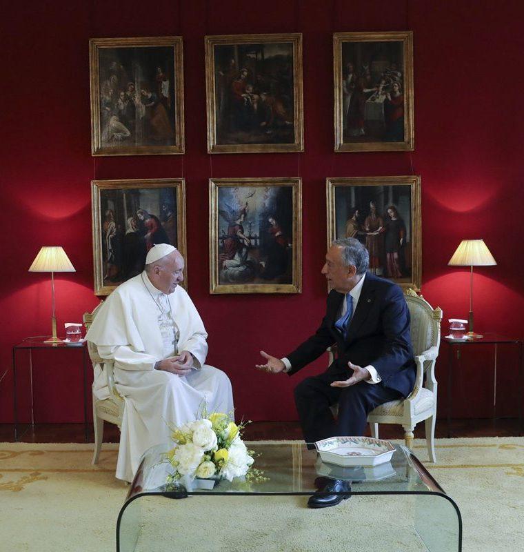 El papa Francisco es recibido por el presidente portugués, Marcelo Rebelo de Sousa. (Foto Prensa Libre: EFE)
