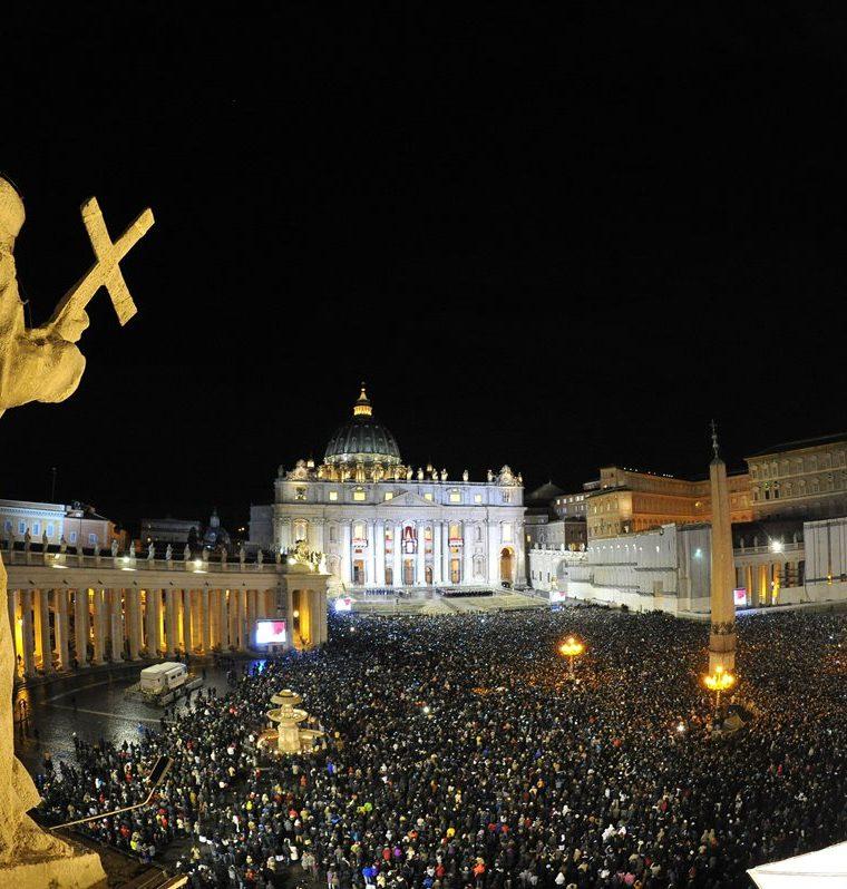 Vista de la Plaza de San Pedro del Vaticano durante el anuncio de la elección del Papa Francisco. (Foto: AFP)