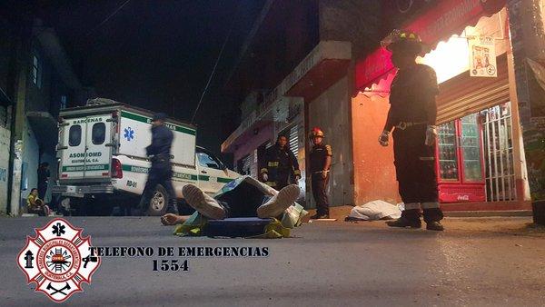 Frente a una tienda quedaron los cuerpos de las dos personas fallecidas por ataque armado(Foto Prensa Libre: Bomberos Departamentales)