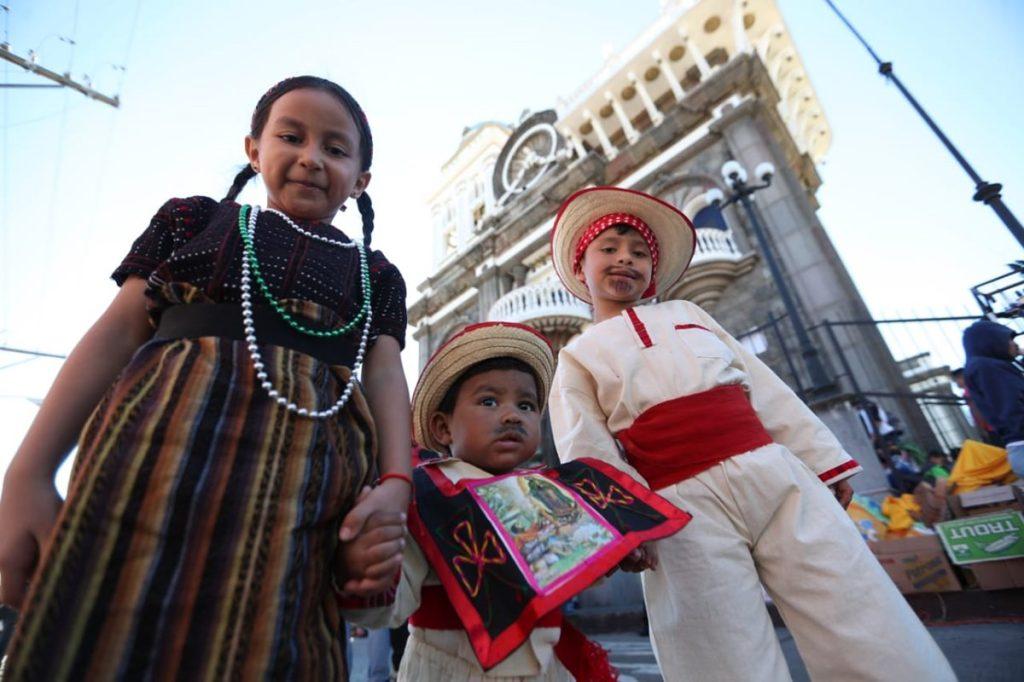 """Muchísimos niños portando trajes típicos acuden en familia para pedir la protección y bendición de la """"Morenita"""""""
