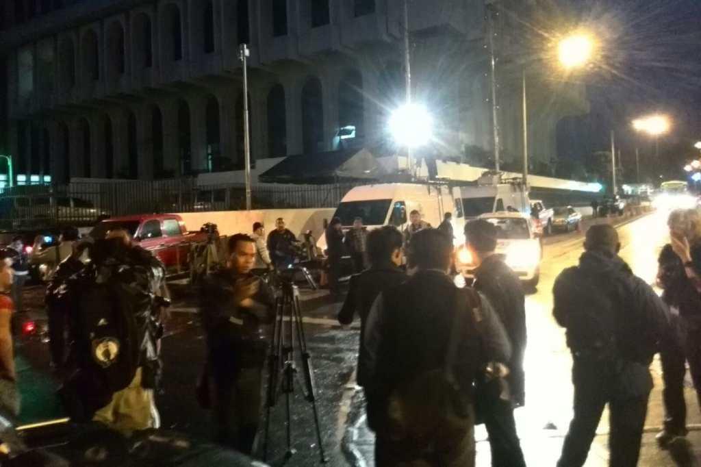 Medios de comunicación esperan la llegada del presidente a tribunales.