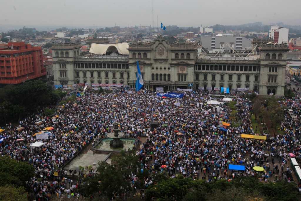 Bajo la lluvia más de 50 mil guatemaltecos protestaron nuevamente.