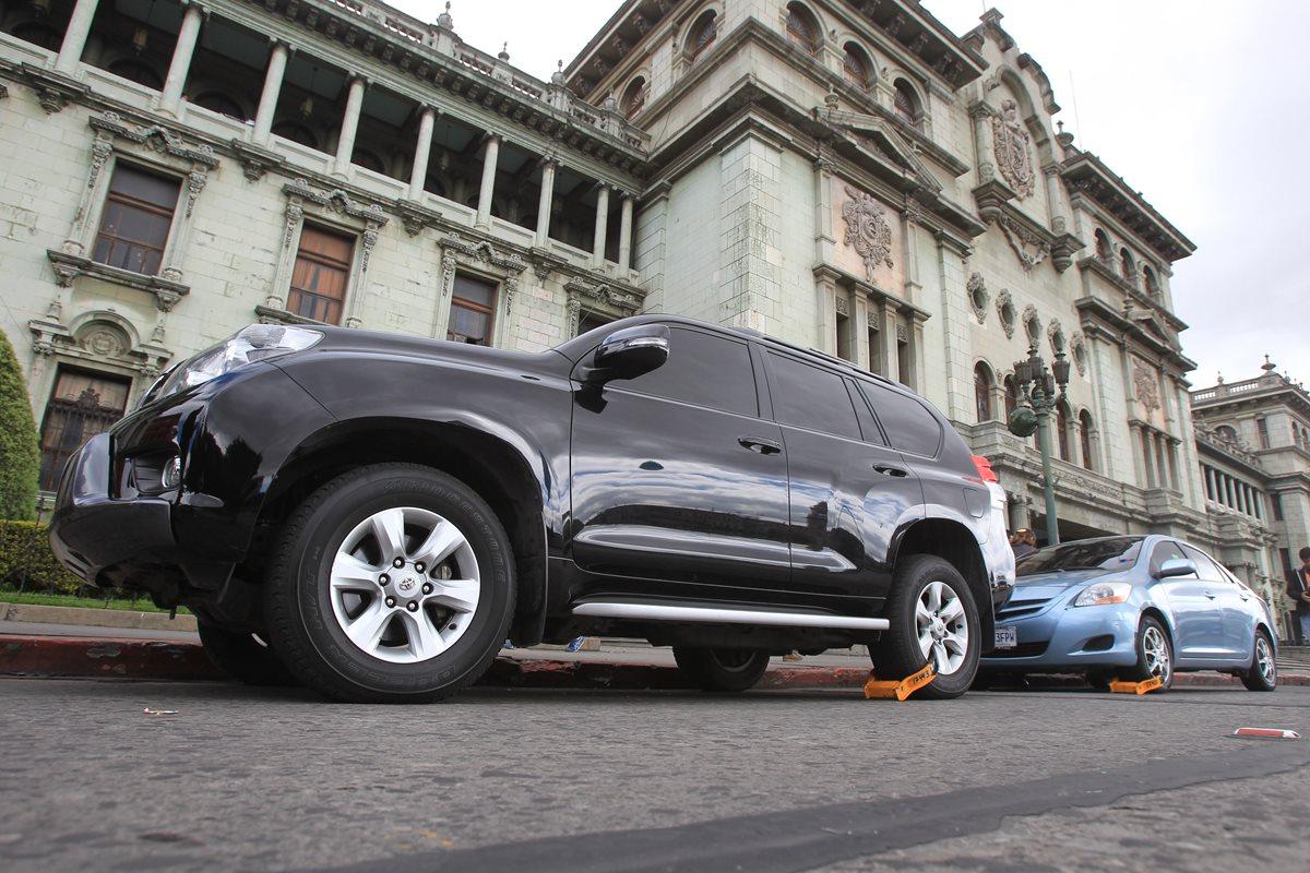 Para que la PMT retire el cepo se deben pagar Q500.(Foto Prensa Libre: Esbin García)