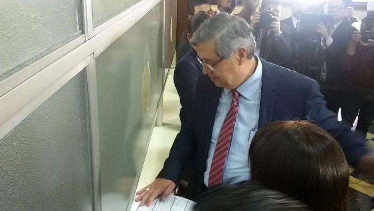 Jafeth Cabrera al momento de entregar su declaración jurada patrimonial. (Foto Prensa Libre: Esbin García)