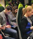 La instalación de internet en algunos trenes de Reino Unido ha hecho que las personas aprovechen el viaje a su oficina para enviar correos de trabajo. GETTY IMAGES