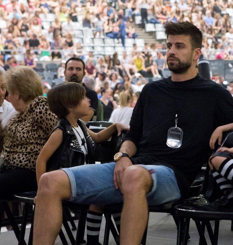 Gerard Piqué asistió con su familia al concierto de Shakira, celebrado la noche del viernes pasado en el Palau Sant Jordi de Barcelona (Foto Prensa Libre: EFE).
