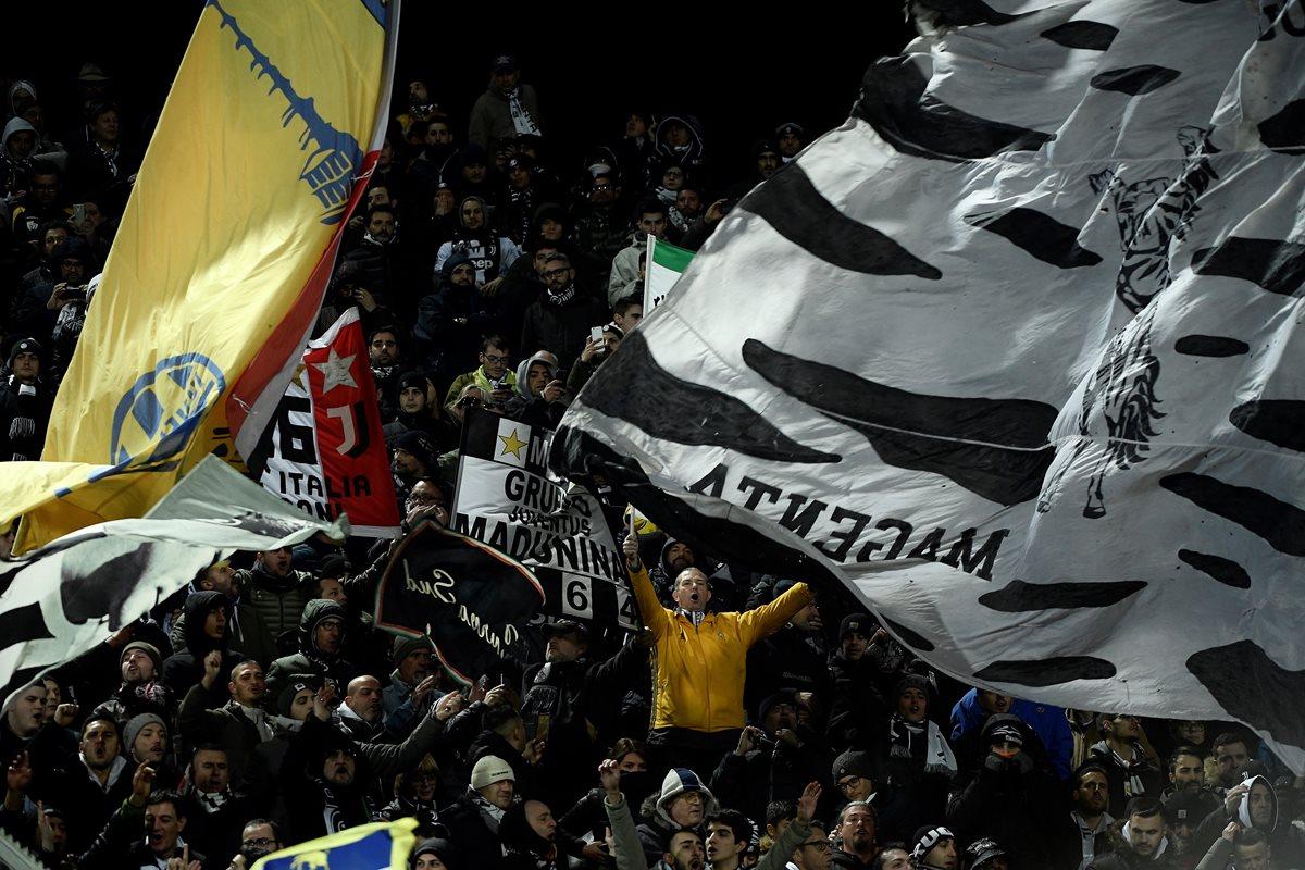 Los aficionados de la Juventus viajaron a Florencia para apoyar a su equipo. (Foto Prensa Libre: AFP)