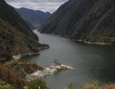 Parea la construcción del embalse de la hidroeléctrica Chixoy fue necesario desalojar a miles de pobladores que habitaban la zona. (Foto Prensa Libre: Hemeroteca PL)