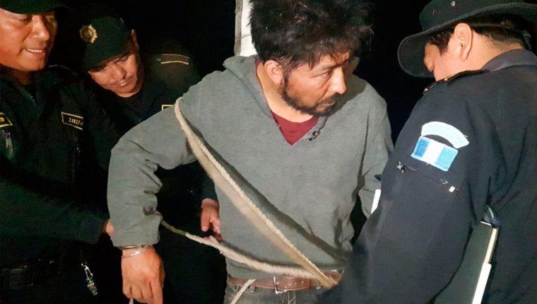 Denis Alberto Fuentes, señalado de estafa, fue entregado a agentes de la Policía Nacional Civil. (Foto Prensa Libre: Whitmer Barrera).