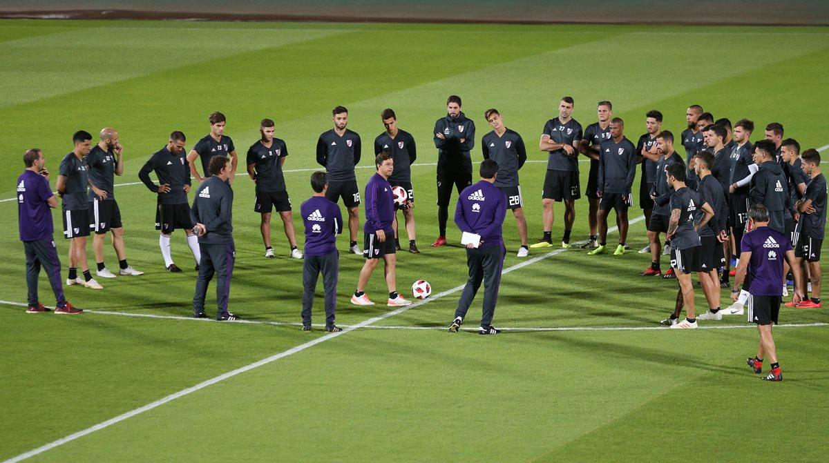 Los jugadores de River Plate participan en una sesión de entrenamiento en Emiratos Árabes Unidos, donde se enfrentará contra el Al Ain. (Foto Prensa Libre: EFE).