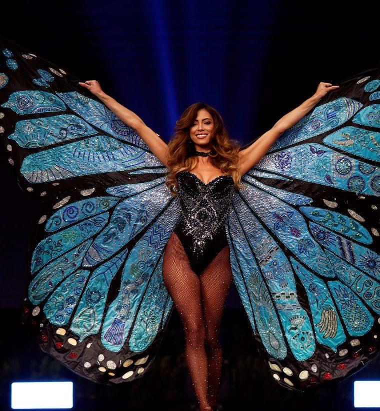 La candidata de Costa Rica, Natalia Carvajal, desfila durante el concurso de trajes típicos de cada país.