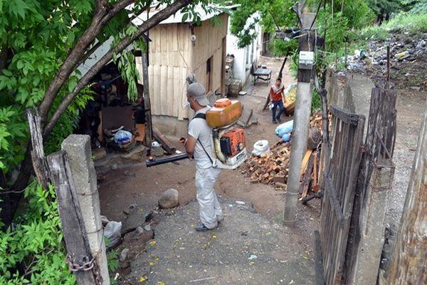 La proliferación del mosquito transmisor del dengue y de chikungunya provoca temor en El Progreso, por lo que se fumigan zonas de riesgo. (Foto Prensa Libre: Hugo Oliva)